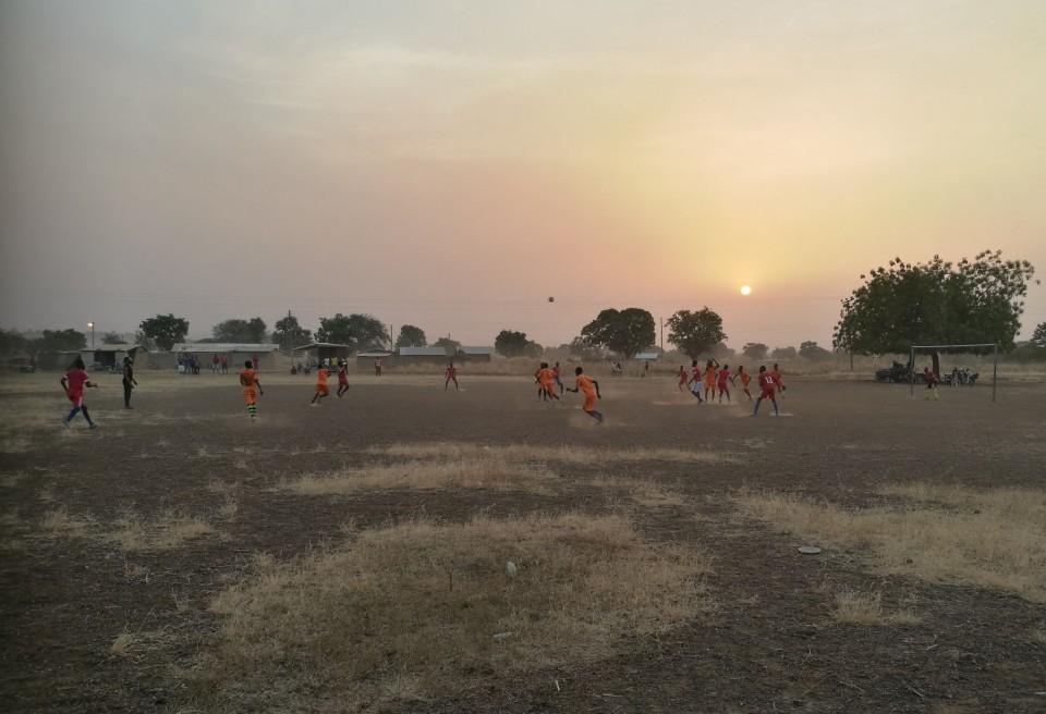 Kõigepealt on jalgpall ja siis tuleb tükk tühja maad ning siis kõik ülejäänud spordialad. Pildil mängivad Kongo ja Pelungu küla meeskonnad. Enamik neist mängijatest kaunistaks ka näiteks Narva Transi või Tartu Tammeka ridu
