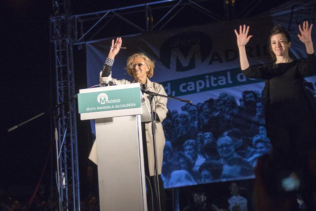 Vasakul valges Manuela Carmena (erakond Madrid Ahora, Madrid), paremal viipetõlk :). Foto: Diagonal Periodico.