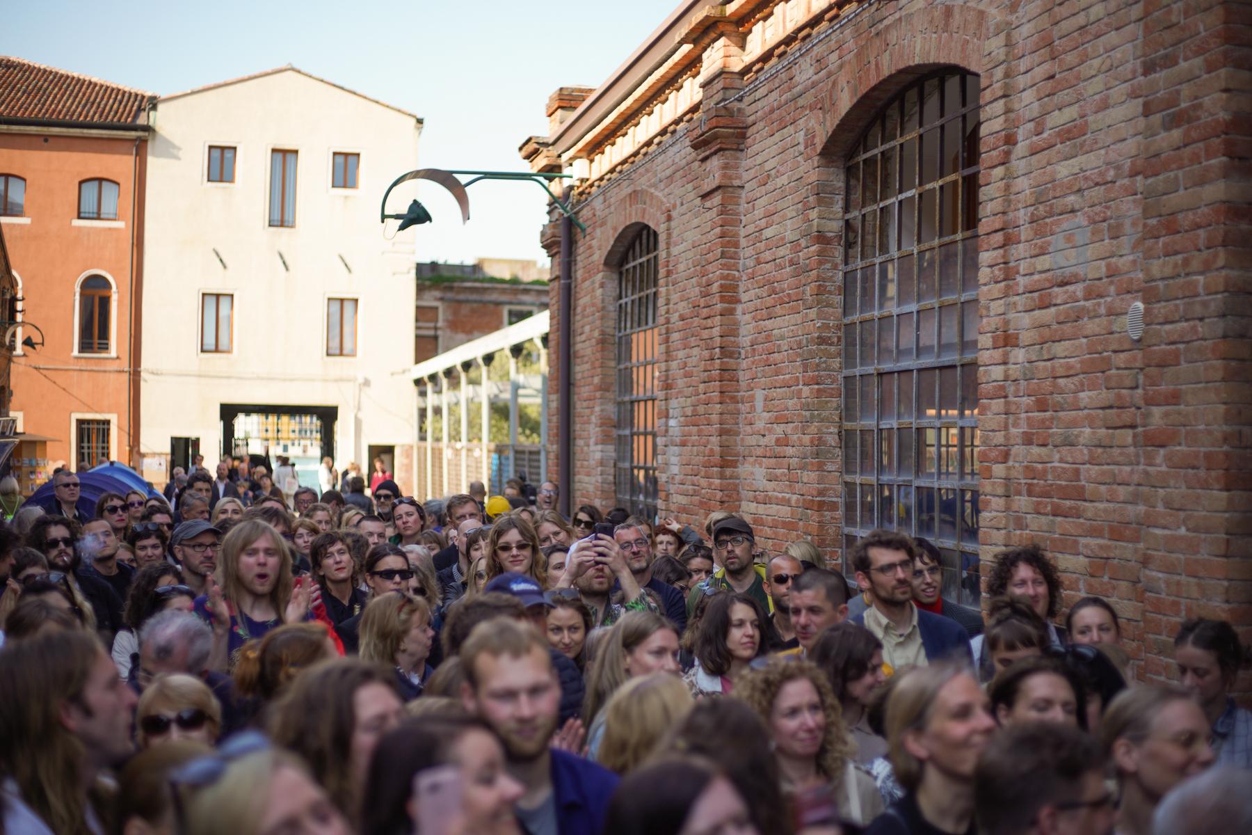 Rahvas tunglemas 2019. aastal Eestit esindanud Kris Lemsalu näituse avamisel Veneetsia biennaalil. Foto: Johan Huimerind
