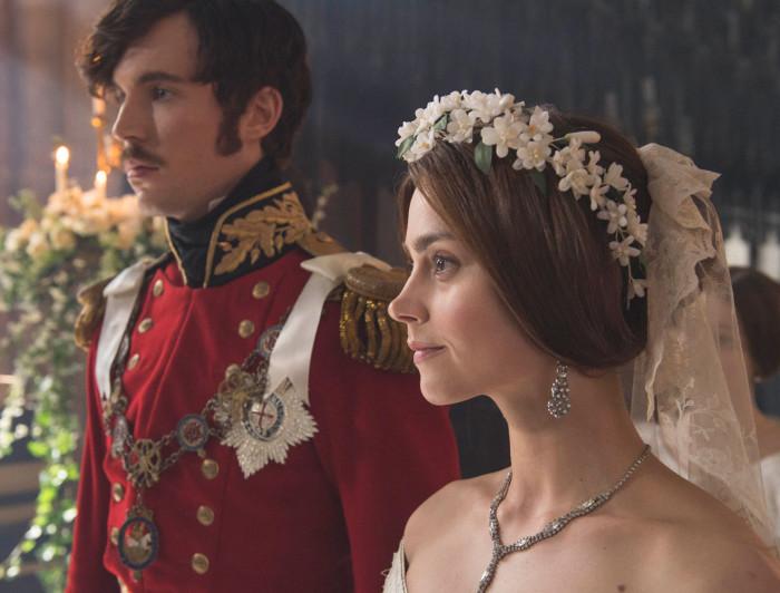 Victoriat kehastav Jenna Coleman koos prints Alberti osatäitja Tom Hughesiga. Kaader sarjast