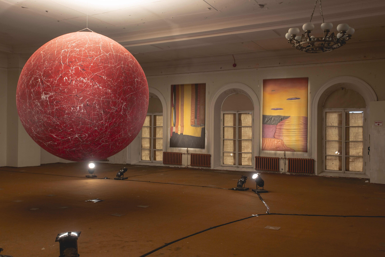 Näitusevaade punase kera ja Edgar Tedresaare teostega. Foto: Ahto Sooaru