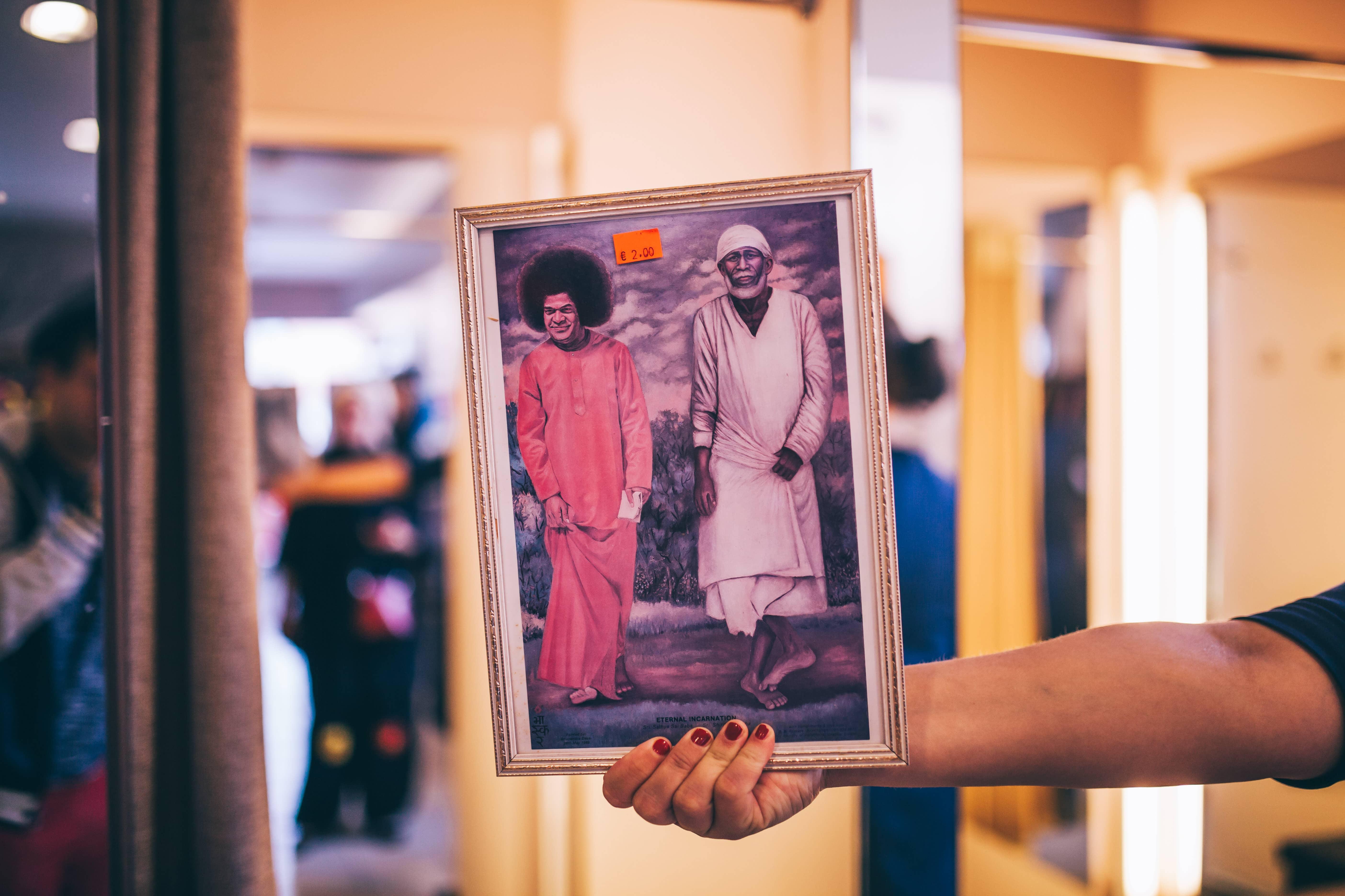 Sathya Sai Baba ja Shirdi Sai Baba kõndimas mööda lõputut halli teed. Kitš ja vaimne virgumine 2 € eest.