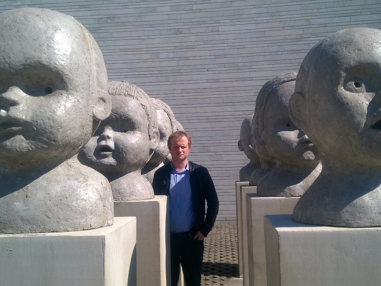 Villem Varik juhib loomehäkil sõna, linnaruumi ja liikumise teemalist laudkonda.