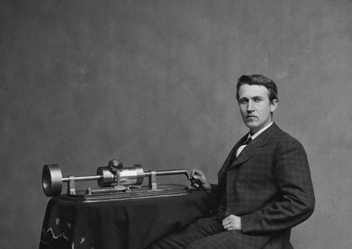 Thomas Alva Edison with his second phonographer. Photo: Wikipedia.