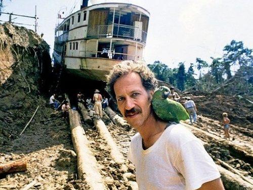 """Werner Herzog filmi """"Fitzcarraldo"""" võtetel Peruus, kus režissöör andis käsu vedada 320-tonnine laev üle džunglis asunud mäe. Kaader filmist """"Unistuste koorem"""""""