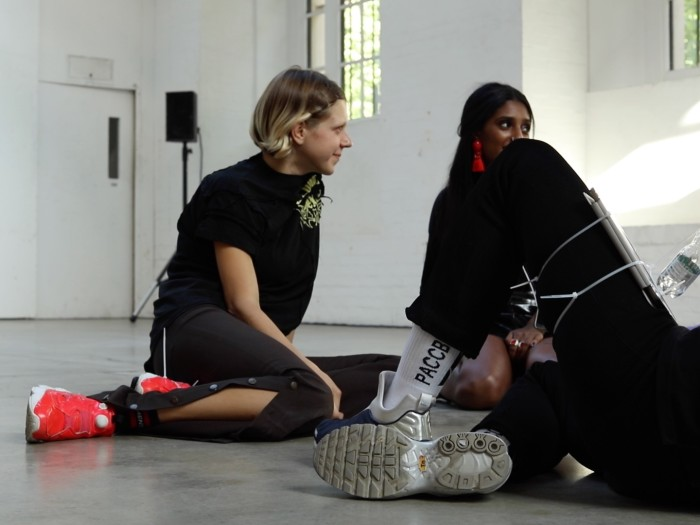 "Dorota Gawęda ja Eglė Kulbokaitė ""Young Girl Reading Group 144"" 2017. Performance üritusteseeria In Formation raames, Institute of Contemporary Art, London. Kuraator: Juliette Desorgues"