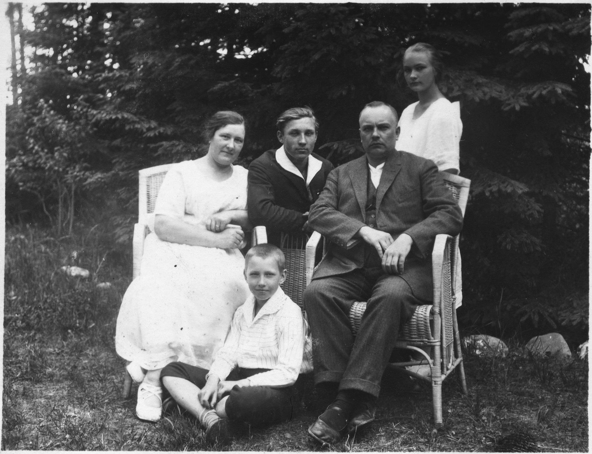 Ettevõtja Jaan Zimmermanni perekond Metsarahu villa õuel 1935. aasta juulis. Foto: Tedrekin / Wikipedia Commons (CC BY-SA 4.0)