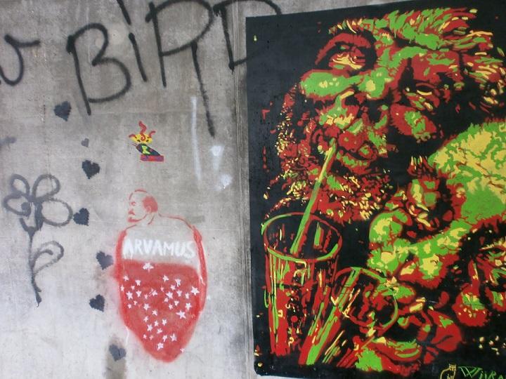 """Grafiti Eduard Wiiralti teose """"Absindijoojad"""" ainetel Tartu Vabadussilla all. Foto: Müürileht"""