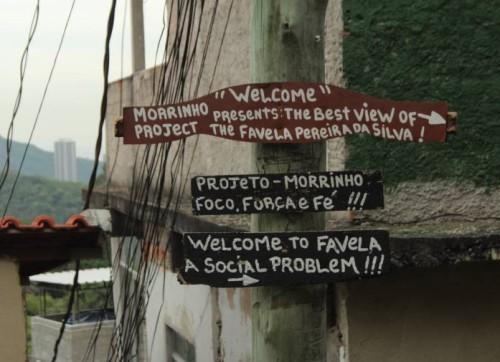 Pereira da Silva kogukond tervitab külastajaid väikese torkega – üldsus kipub favela't nägema probleemi, mitte lahendusena. Foto: Ann Ideon
