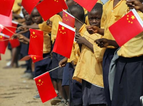 Libeeria lapsed tervitavad Hiina presidendi Hu Jintao saabumist Monroviasse 2007. aastal. Foto: Christopher Herwi