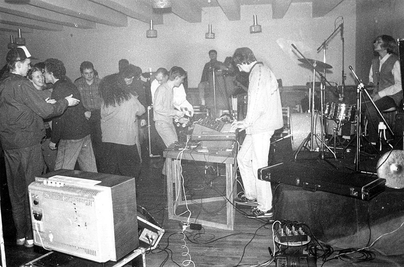 Hypnosauruse esimene live 1992. aastal Kodulinna Majas Tallinnas. Foto: Villu Kraan