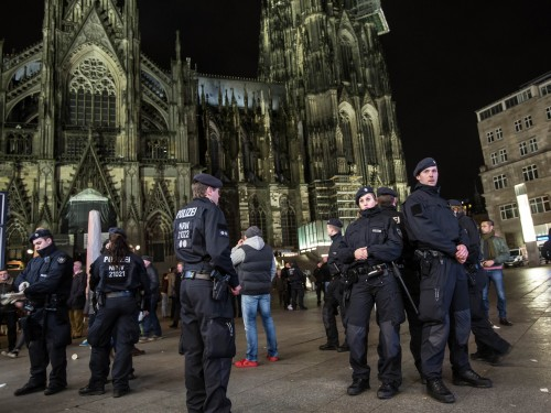 Politseinikud Kölni katedraali ees. Foto: picture alliance / dpa