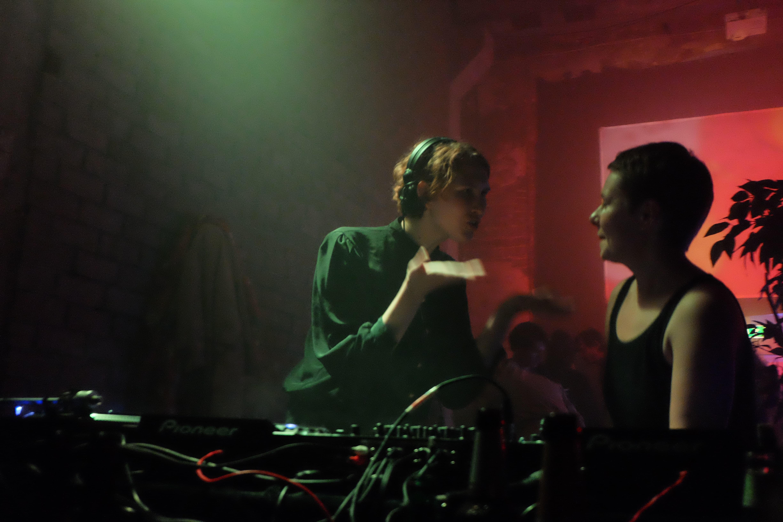 DJ-d Abramova ja Helen Tammemäe Kumu ÖÖ järelpeol Punases Majas. Foto: Hannes Aasamets
