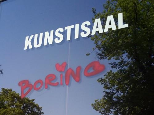 """Galerii aknale kirjutatud sõna """"boring"""", i-tähe kohal süda, on üsna adekvaatne hinnang abstraktsele kunstile. Foto: Ruuda Liisa Malin"""