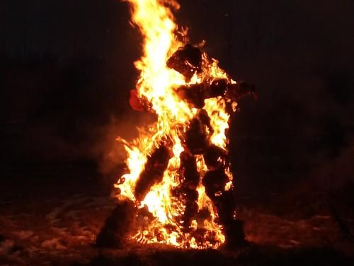 Õlenuku põletamine Juula külas 2017. aasta küünlapäevapidustustel. Paljudes maailma traditsioonides on kuulunud eri tähendusega ajalõikude vaheldumise juurde suurte tulede tegemine ning halva ja pimeduse sümboolne väljaajamine rituaalsete nukkude põletamisega. Foto: Reet Hiiemäe