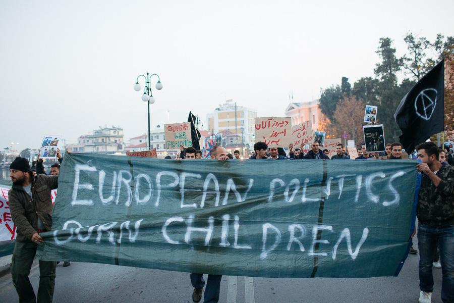 """Tekst plakatil: """"Euroopa poliitikud põletavad lapsi."""""""