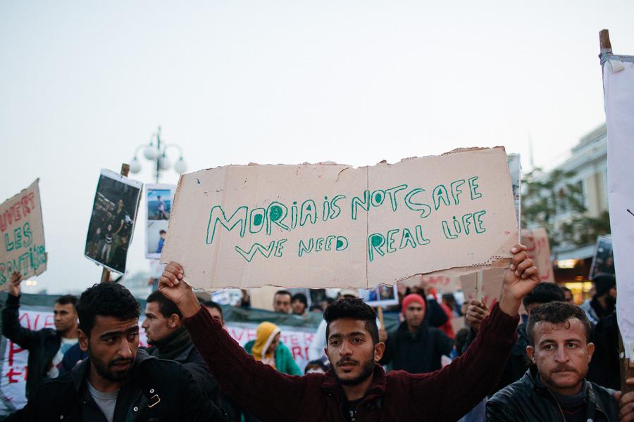 """Tekst plakatil: """"Moria ei ole turvaline - me vajame päris elu."""""""