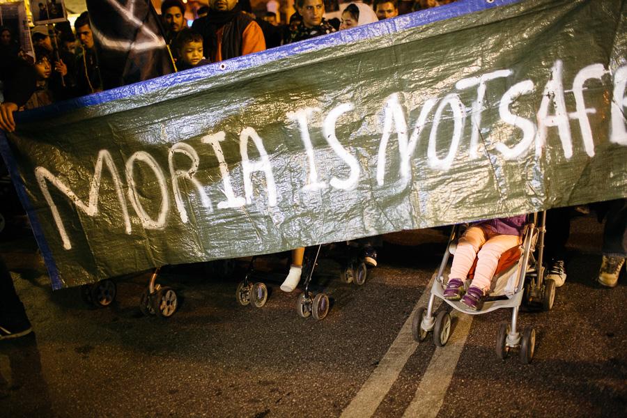 """Tekst plakatil: """"Moria ei ole turvaline"""""""