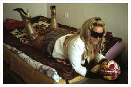 """Teos Liina Siibi näituselt """"Naine võtab vähe ruumi"""" (2011)"""