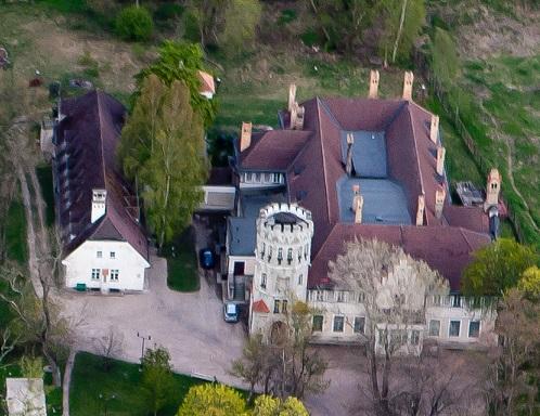 Maarjamäe loss ja sellega seotud administratiivhoone (ajalooline mõisa köök). Detail Arne Maasiku aerofotost.