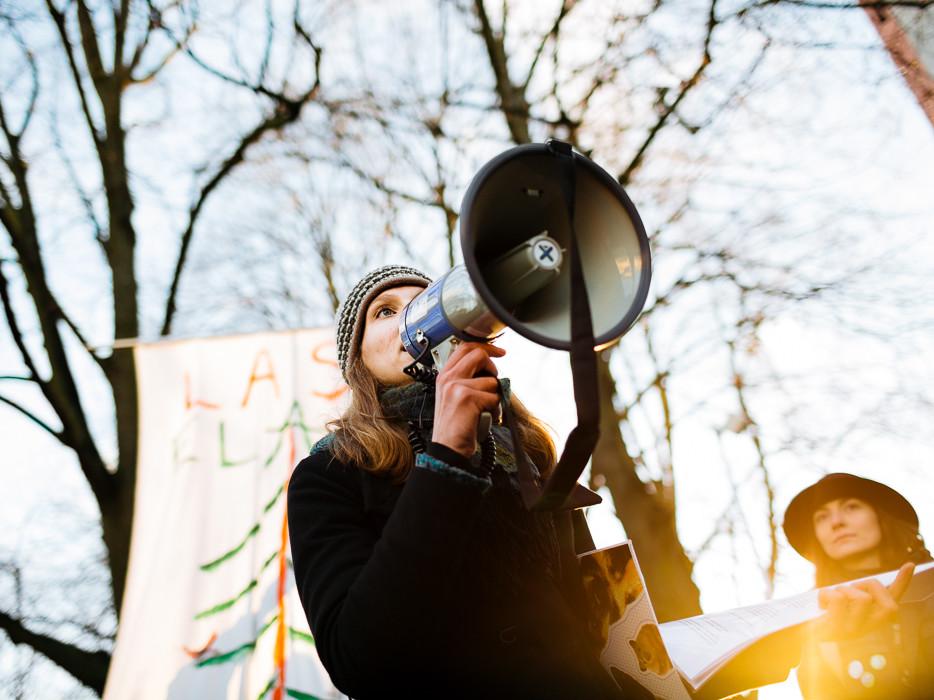 Keskkonnaajakirjanik Linda-Mari Väli Riigikogu ees kõnet pidamas. Taamal Eestimaa Roheliste aseesimees Züleyxa Izmailova. Foto: Priit Mürk