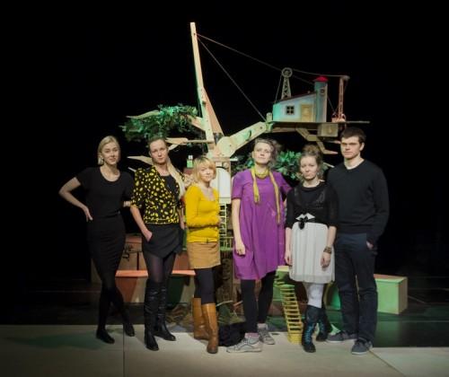 NUKU näitlejad (vasakult) Katariina Tamm, Kaisa Selde, Sandra Lange, Kadri Kalda, Katri Pekri ja Mirko Rajas. Foto: Janis Kokk.