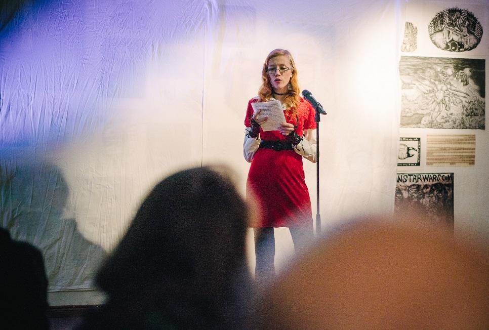 Jaan Malini eestvedamisel kord kuus toimuval TarSlämmil esitavad autorid enda trükis ilmumata luuletusi. Igast voorust pääseb edasi kaks esinejat. Foto: Patrik Tamm
