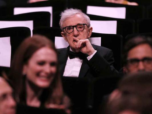 Kerge pääsemine. Hoolimata viimase Cannes'i festivali ajal lahvatanud pilastamisskandaalist pääses valge vanameister Woody Allen häbipostist ja plaanib juba järgmist filmi. Kaader Cannes'i filmifestivali avatseremoonialt, 2016. Foto: press