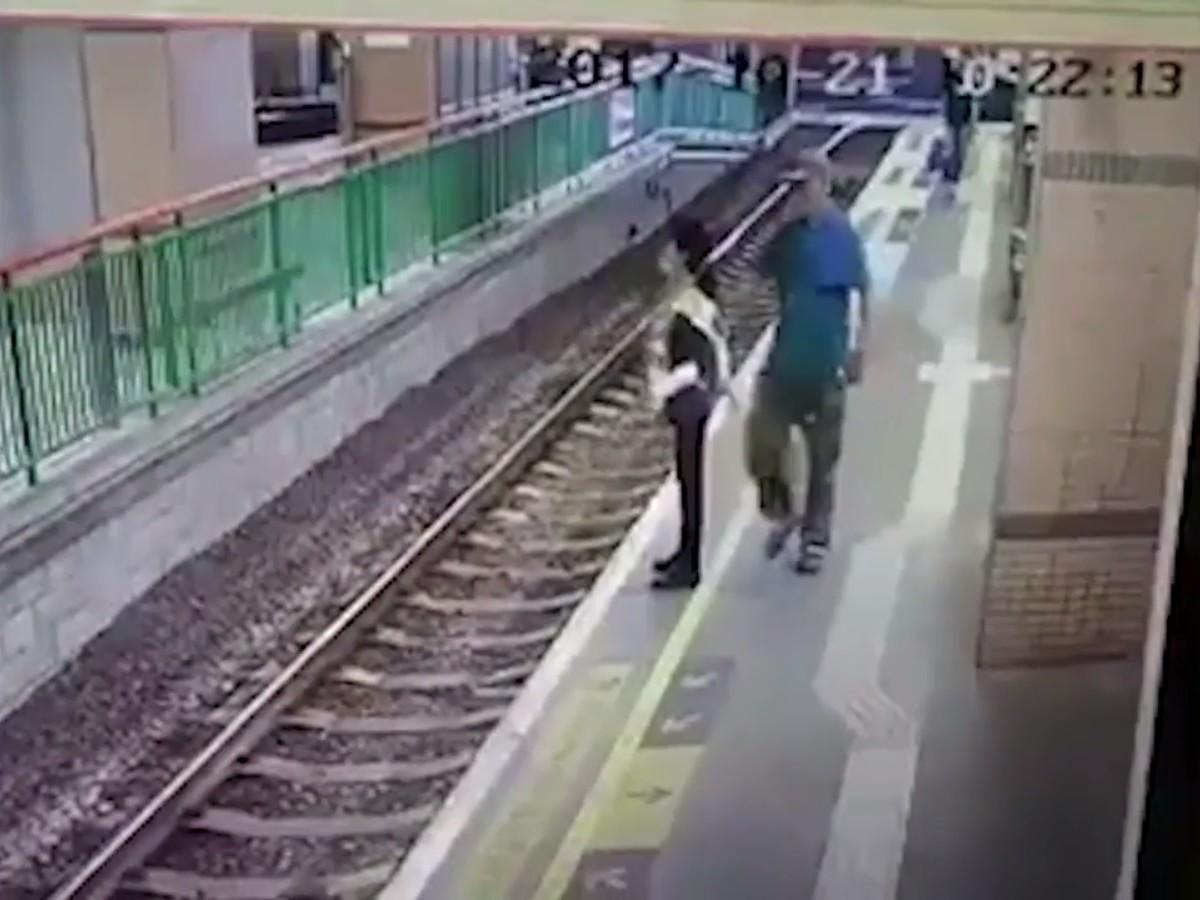 Kuvatõmmis The Telegraphis avaldatud originaaluudise juures olnud videokatkest, kus mees läheneb selja tagant perroonil seisvale koristajale ja lükkab ta rööbastele