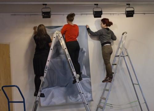 Õpilased näitust paigaldamas. Foto: Gregor Taul