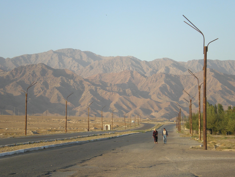 Lõpetamata taristuobjekti jäänukid: trollibussiide postid Khujandi servas, Põhja-Tadžikistanis. Foto: Wladimir Sgibnev