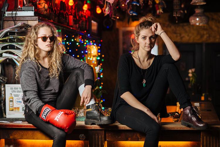 Tüdrukud baariletil: Vasakult: Henessi ja Keidy