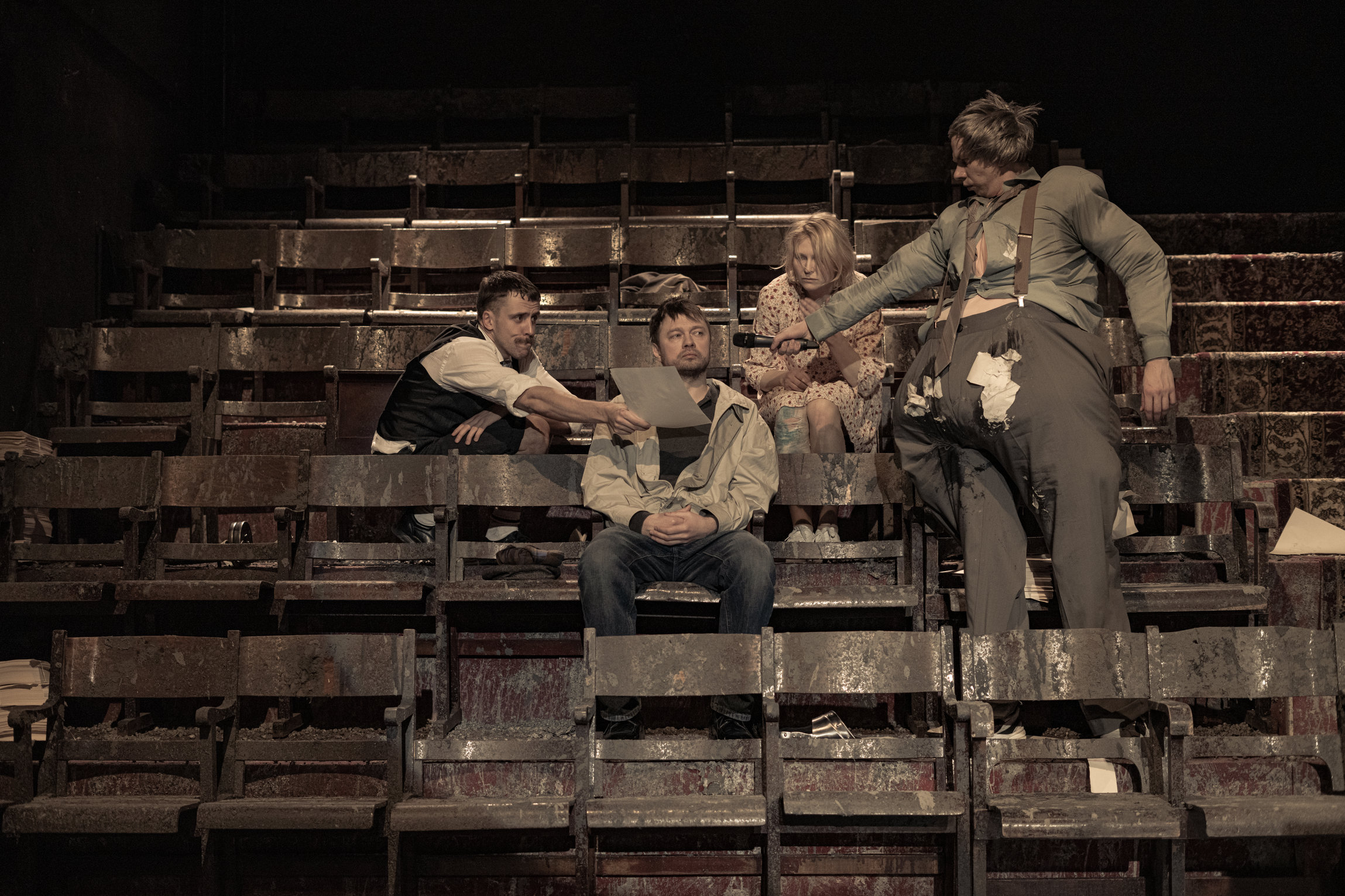 """12. märtsil esietendus Von Krahli Teatris Juhan Ulfsaki lavastus """"Pigem ei"""". Vasakult Ingmar Jõela, Lauri Lagle, Mari Abel ja Jörgen Liik. Foto: Herkko Labi"""
