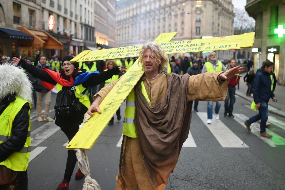 Jeesuseks kehastunud protestija Pariisi vasakkaldal. Foto: Lionel Urman/SIPA