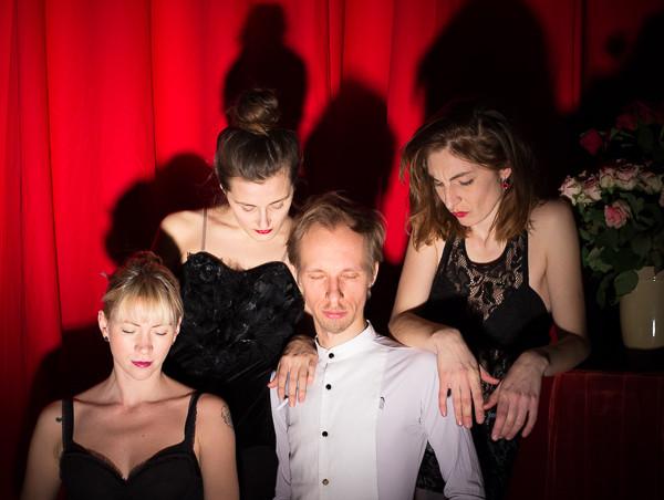 """""""Skaala surmas"""" on laval Veronika Vallimäe, Evelin Jõgiste, Nero Urke ja Riina Maidre. Foto: Johanna Eenma"""