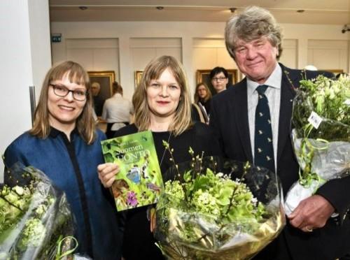 """""""Suomen luonto"""" kujundajad Venla Koski ja Piia Aho koos autori Lasse J. Lainega. Foto: Roni Rekomaa"""