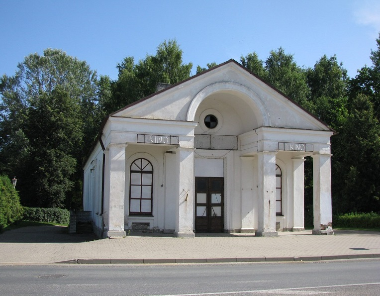 """Tõrva kinomaja """"Koit"""". Avati 1. septembril 1953. aastal. Hoones töötas kino kuni 2004. aastani. Foto: Tõrva Dokfest"""