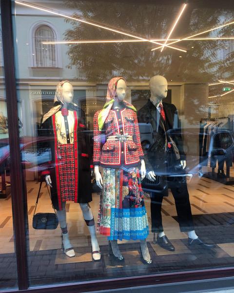 Luksus ristub etnoga Tallinna butiigi vaateaknal. Foto: Sten Ojavee