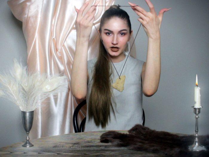 """Kuvatõmmis Darja Popolitova videoteosest """"Kuidas saada üksindusest lahti"""""""