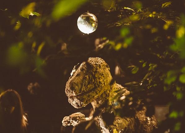 Edith Karlsoni dinosaurus Müürilehe Festivalil. Foto: Tõnu Tunnel