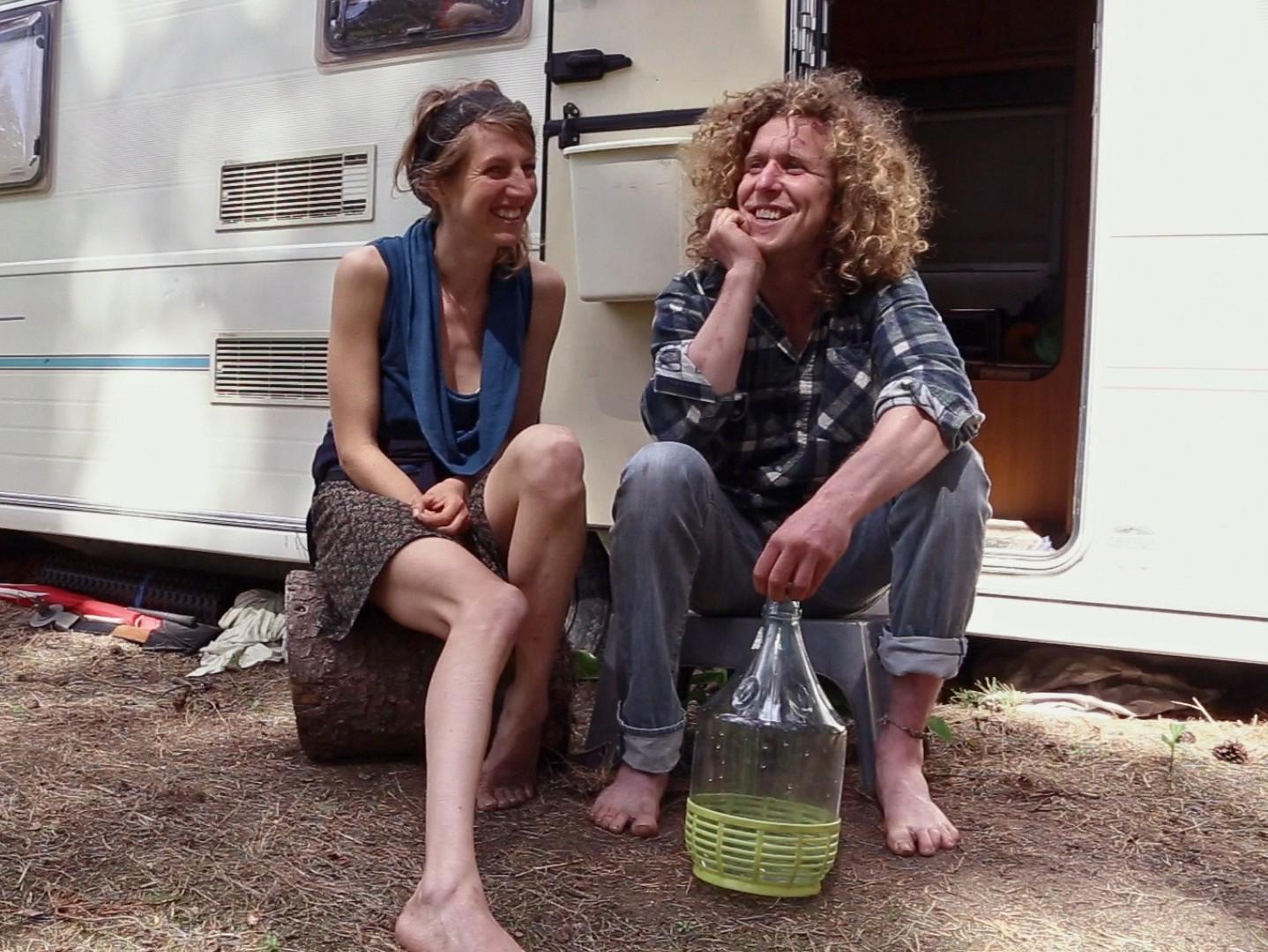 Maarja ja Jim on otsustanud linnamugavustest loobuda ning maal juhtmevaba elu elama hakata. Kaader filmist