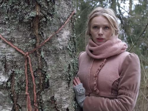 Kristiina Ehin Paluküla hiiemäel. Kaader videost