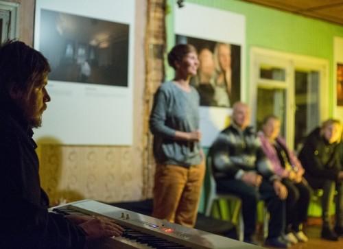 Näituse avamise tegi hubaseks Chalice, kelle kontsert sobis mõnusa boheemlaspesa atmosfääri nagu rääbis Peipsisse. Foto: Aron Urb