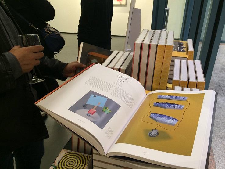 """Thames & Hudsoni kirjastatud kataloog """"100 Painters of Tomorrow"""" One Art Space galeriis näituse avamisel New Yorgis. Foto: Karin Laansoo"""