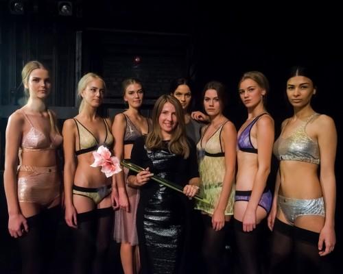 Kuldnõela võitja Kriss Soonik-Käärmann modellidega. Foto: Tallinn Fashion Week