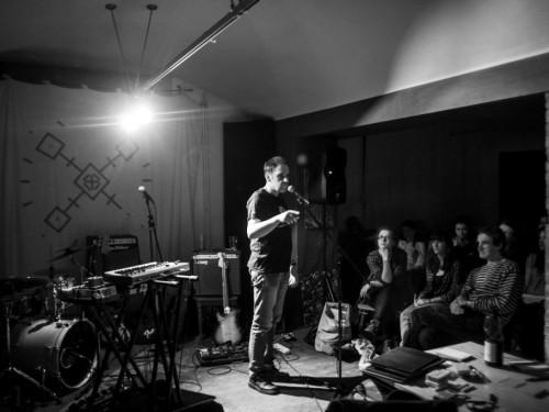 Luuleprõmmu hing ja mootor, staarhäälutaja Jaan Malin publiku ees. Foto: Uku Peterson
