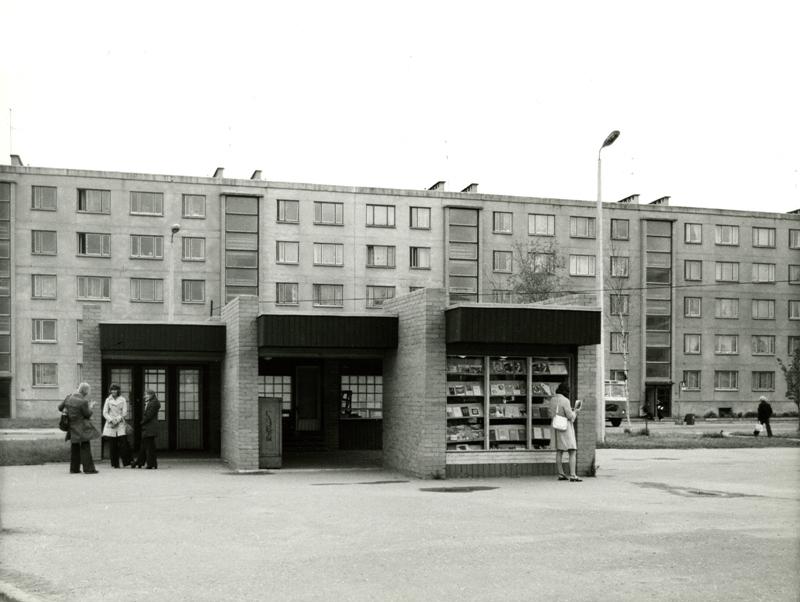 Anne 47 maja ees paiknenud bussiootepaviljon-kiosk. Nüüd on selle asemel lemmikloomapood Ruudi. Foto: Johannes Külmet/ Eesti Arhitektuurimuuseum