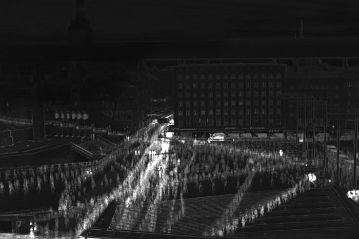 Liikumine. Projekti eesmärk oli kaardistada ööpäevaringselt nii inimeste kui digitaalse info liikumist avalikus ruumis. Fotosalvestuste abil koguti kokku Tallinnas Vabaduse väljakut läbinud inimeste teekonnad ning need visualiseeriti diagrammideks, mis väljendavad väljaku tavapärast ruumikasutust. Linnaruumi kasutuseelistuste kindlakstegemiseks mõjutati väljakujunenud teekondi omapoolsete sekkumistega, et uurida, mis suudab rutiini mõjutada ja kui paljud üldse soovivad oma teele ootamatusi. Vasakpoolsel diagrammil on näha sekkumist, kus väljaku aktiivseimale trajektoorile asetati takistus, millest vasakult möödudes sai liikleja väljendada oma head tuju, paremalt halba. Parempoolsel diagrammil on kujutatud väljaku keskele lahti lastud 39 kollast õhupalli, mille lõhkus kõik järgneva seitsme minuti jooksul juhuslik mööduja, kes palle mööda väljakut jalgrattal taga ajas. Keskmine diagramm on võrdluseks sekkumisteta trajektooridest. Autorid: Eva-Liisa Lepik, Annika Aasmaa, Liina-Liis Pihu, Meri-Kris Jaama