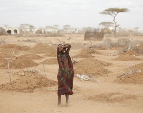 Dadaabi laagri serval seisab noor tüdruk keset 70 peamiselt alatoitumise tagajärjel hukkunud lapse hauda. Foto: Andy Hall/Wikimedia Commonsi kasutaja Oxfam East Africa (CC BY 2.0)