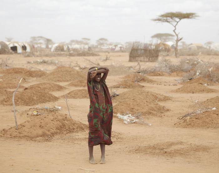 Dadaabi laagri serval seisab noor tüdruk keset 70 peamiselt alatoitumise tagajärjel hukkunud lapse hauda. Foto: Andy Hall / Wikimedia Commonsi kasutaja Oxfam East Africa (CC BY 2.0)